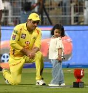 Ziva turns makeup artist for MS Dhoni