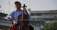 Cellist plays concert at US-Mexico border crossing