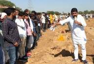 R'sthan farmers dig, sleep in pits demanding compensation