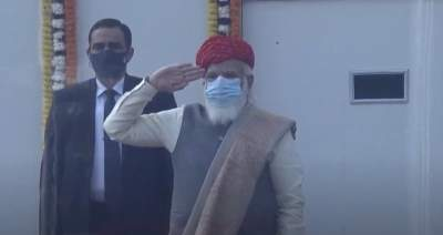 PM dons special 'Pagdi' gifted by Jamnagar royal family on R-Day (Ld)
