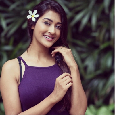 Actress Pooja Jhaveri feels Telugu star Allari Naresh has great comic timing, and says that he can make people laugh even with a straight face.
