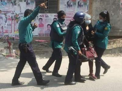 Police charge baton on protesting students in Dhaka