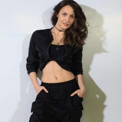Elli AvrRam lets tomboy in her walk out of closet