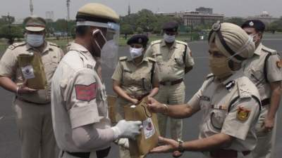 Delhi IPS officer distributes immunity kits, masks to colleagues on the streets