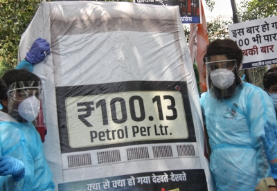 New Delhi: Indian Youth Congress (IYC) protest against price hike on petrol at petroleum ministry shastri bhawan in New Delhi on Saturday June 05, 2021,(Photo: Wasim Sarvar/IANS)