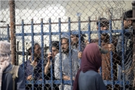 Thousands of Afghans rush to Pakistan border