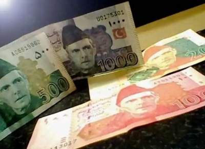 Rich Pakistanis rush to hoard dollars anticipating financial meltdown